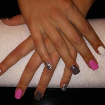 Gelnägel, Acrylnägel. Bunte Nägel. Pink, Weiß, Silber glitzernd. Fotograf: Nadja Maisl Nail Styling: Nadja Maisl   Entire Beauty