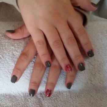 Gelnägel, Acrylnägel, grau rot. Fotograf: Nadja Maisl Nail Styling / Nageldesign: Nadja Maisl | Entire Beauty